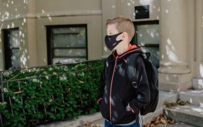 Chlapec nemůže ze zdravotních důvodů nosit roušku astát mu brání ve vzdělávání